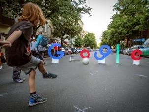 Locuitorii din cartierul berlinez Kreuzberg protestează împotriva construirii unui campus Google, care ar accelera procesul de gentrificare în urma căruia prețurile chiriilor cresc considerabil și îi obligă să se mute în periferii.